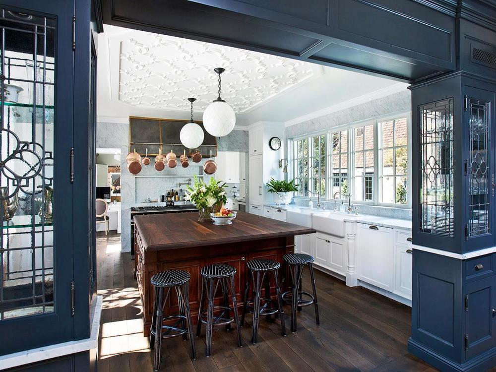 original_Candelaria-Design-traditional-white-kitchen-navy-cabinets.jpg.rend.hgtvcom.1280.960.jpeg