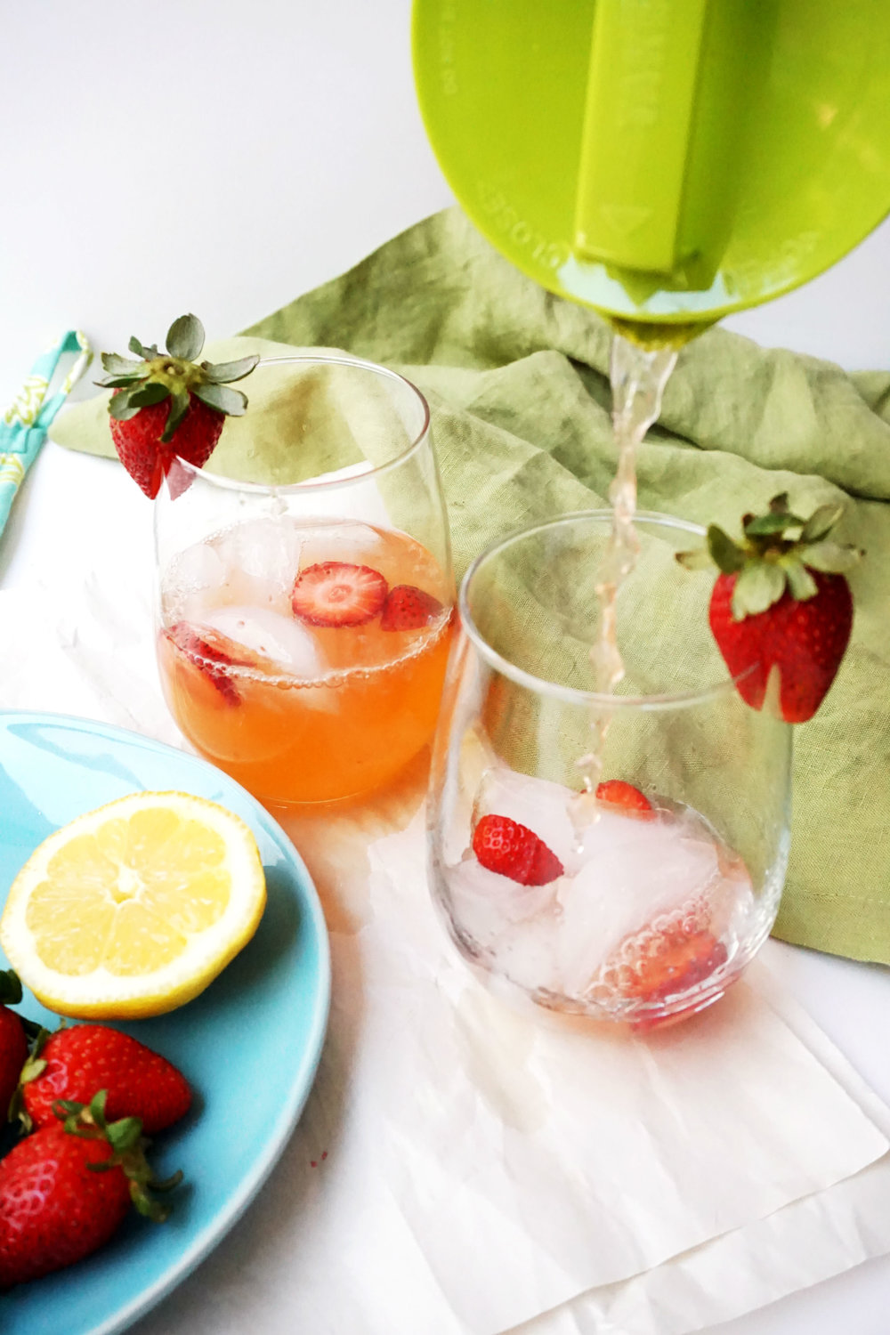 strawberry lemonade pour1.jpg