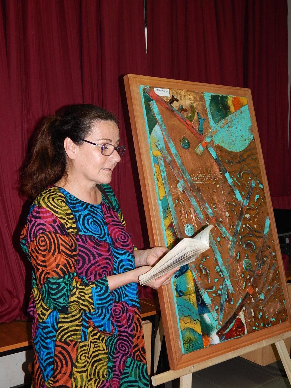 La Pintora lee poema de Gabriela Mistral