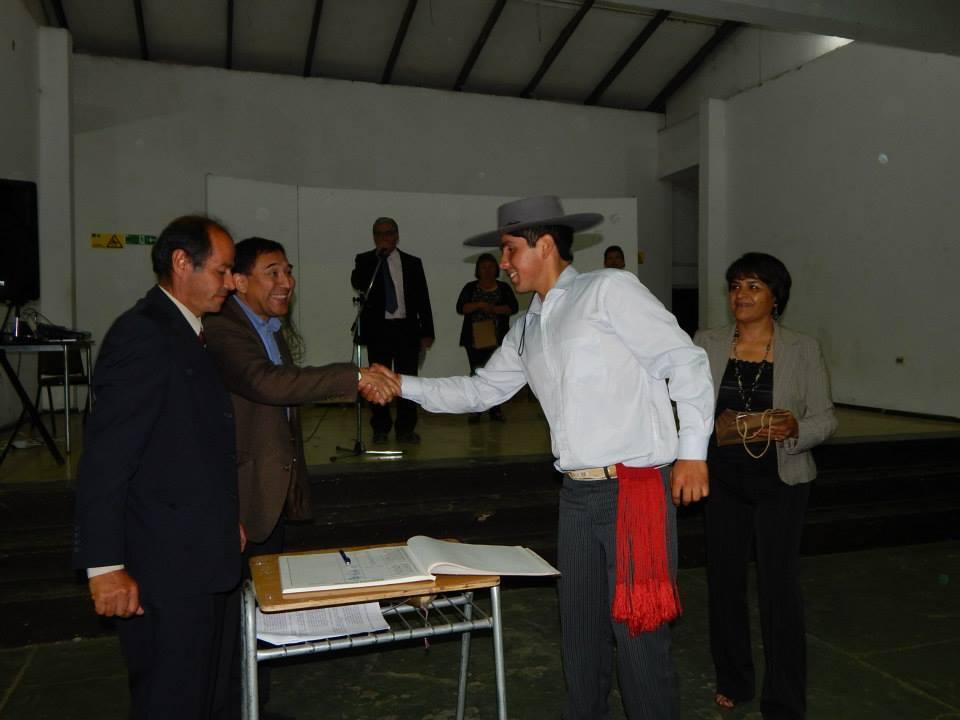 Alfredo Acevedo firmando el libro de Ex Alumnos de la EASV