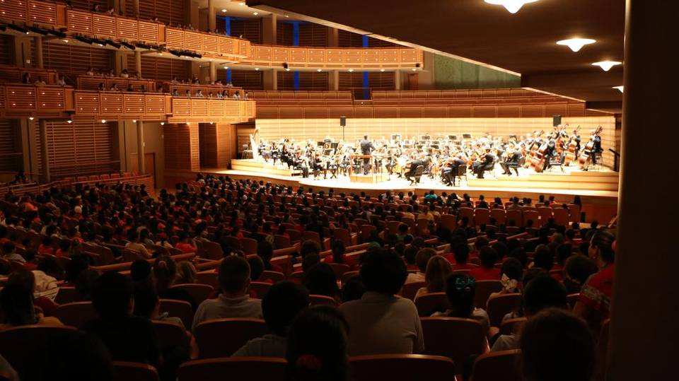 Brett Mitchell leads The Cleveland Orchestra at Knight Concert Hall in Miami. (Photo by Catalina Briola)
