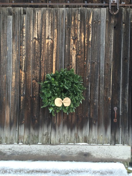 burlapwreath-onbarndoor.JPG
