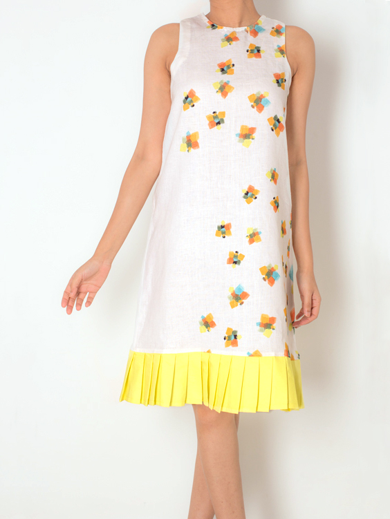 SHIFT DRESS WITH PLEATS   This relaxed shift dress in the 'Geometric Butterflies' print is perfect for a day out. Made out of 100% Cotton Linen it has a pleat detail along the hemline, in lovely lemon yellow.  Code : 0013SDPY