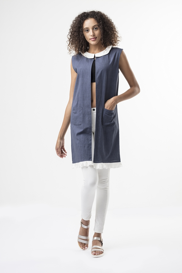 elise coat  A sleeveless coat that extends a little over the shoulder, it has a scalloped edge collar in white satin linen. The coat is made from cotton and dyed grey, it has patch pockets in the front and a delicate flounce along the hemline. The coat is fully lined with white cotton.   Dry Clean Only.                              Size :  S, M, L, XL, C  Code :  0093SCG