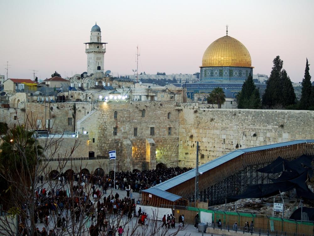 Temple_Mount_Western_Wall_on_Shabbat_by_David_Shankbone.jpg