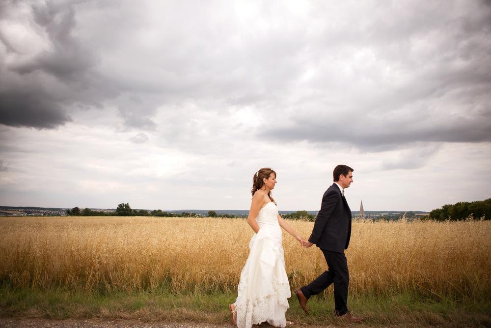 Couple mariage marchent vers l'avenir