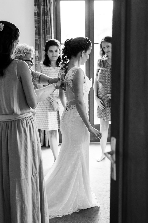 Habillage de la mariée photographe mariage région centre