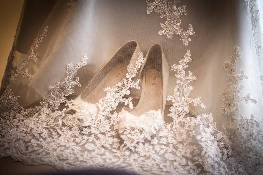 Les chaussures de la mariée et le voile