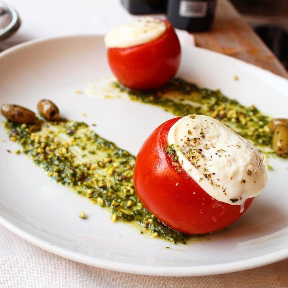 Caprese tiepida con mozzarella di bufala e pesto di basilico @ La Scala   Caprese salad with pesto sauce
