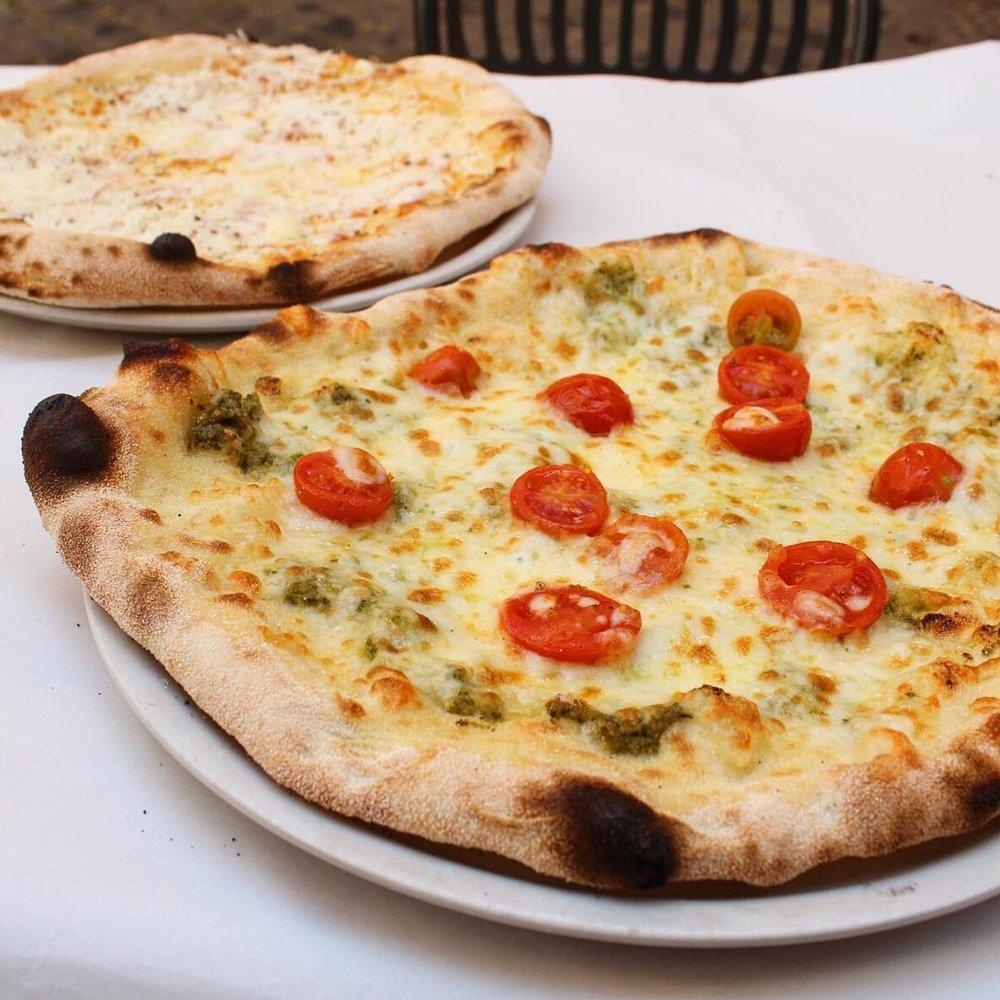 Violetto Pizze @ Dar Poeta  Mozzerella, cherry tomatoes, pesto