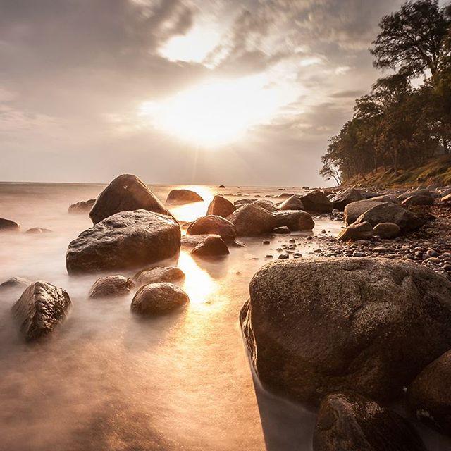 Fehmarn Heute morgen kam für einige Augenblicke die Sonne durch, wo dieses Bild an der Steilküste am Katharinenhof entstand. #ostsee #fehmarn #langzeitbelichtung #natura #nd #küste #sonnenaufgang #sunset #schleswigholstein #1minute #urlaub