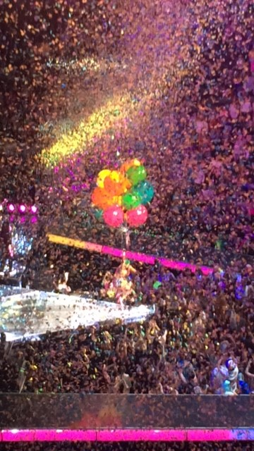 Katy, with larger than life balloons. She glided around the AAC and look fabulous doing so.
