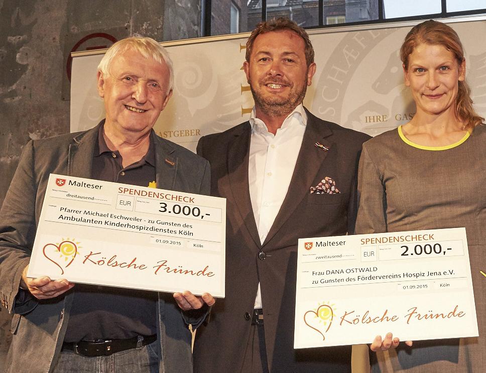 Von links: Pfarrer Michael Eschweiler, Jörg Ch. Topfstedt und Dana Ostwald. Foto: Christian Ahrens