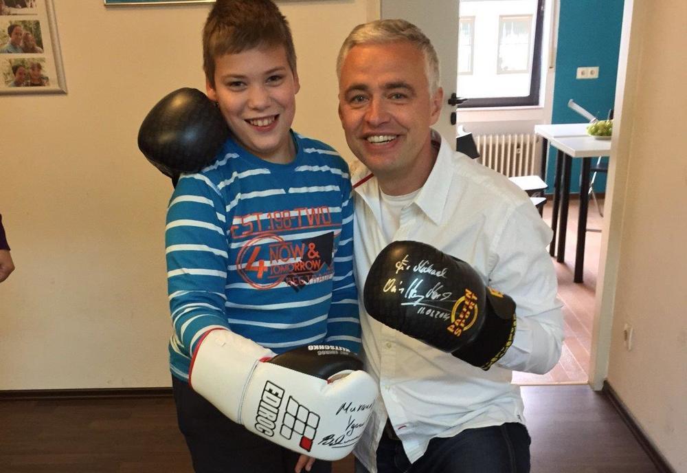 Michael vor einem Jahr mit Andreas von Thien. Der prominente Malteser Botschafter und RTL-Sportmoderator brachte ihm damals einen originalen und extra für Michael von Wladimir Klitschko signierten Boxhandschuh mit sowie ein weiteres Paar Boxhandschuhen von Henry Maske.