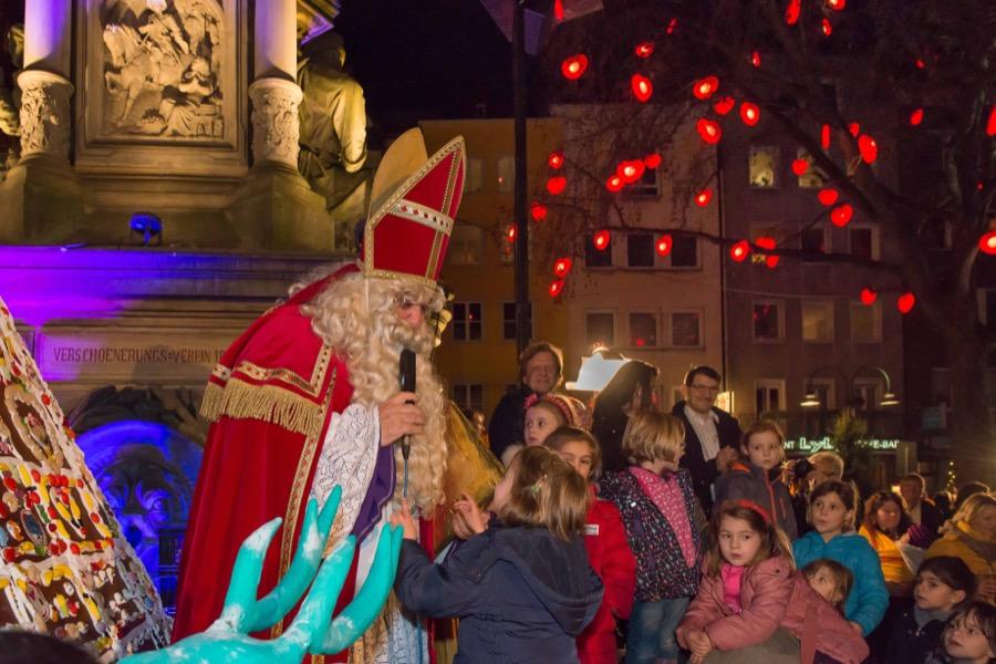 """Der """"Nikolaus"""" freut sich Gedichte von den kleinen Besuchern des Weihnachtsmarktes Kölner Altstadt zu hören."""