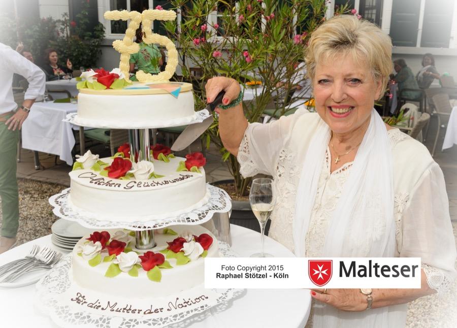 Marie-Luise Marjan schneidet die Torte an. Foto: Raphael Stötzel