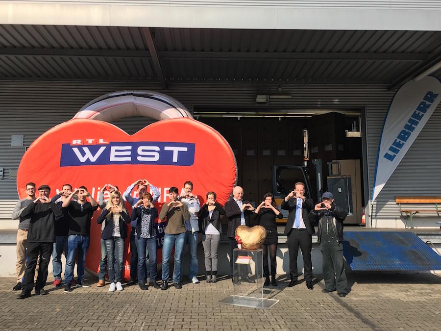 """Das Mitarbeiterteam begrüßt """"Dat Hätz för Kölle"""" in Bergheim."""