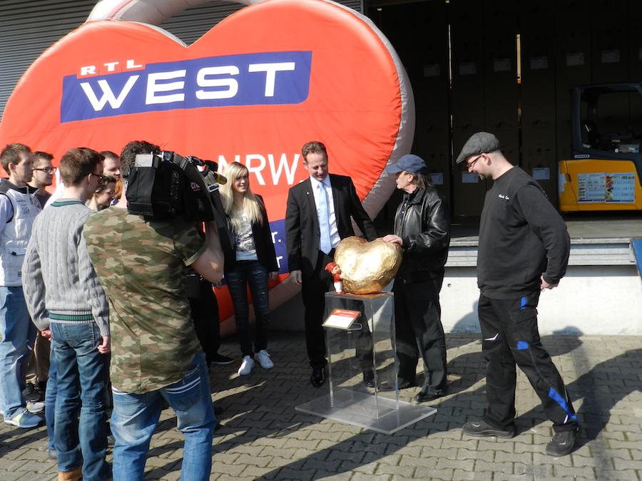"""Unser Medienpartner RTL-West ist mit dabei und dreht die Ankunft vom """"Hätz för Kölle"""" auf dem Unternehmensgelände der Liebherr-West Haiminger KG."""
