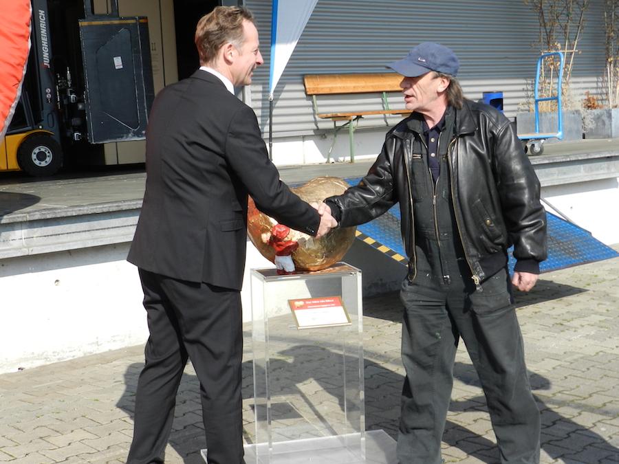 Michael Haiminger, Geschäftsführer der Liebherr-West Haiminger KG (links) und KünstlerAnton Fuchs.