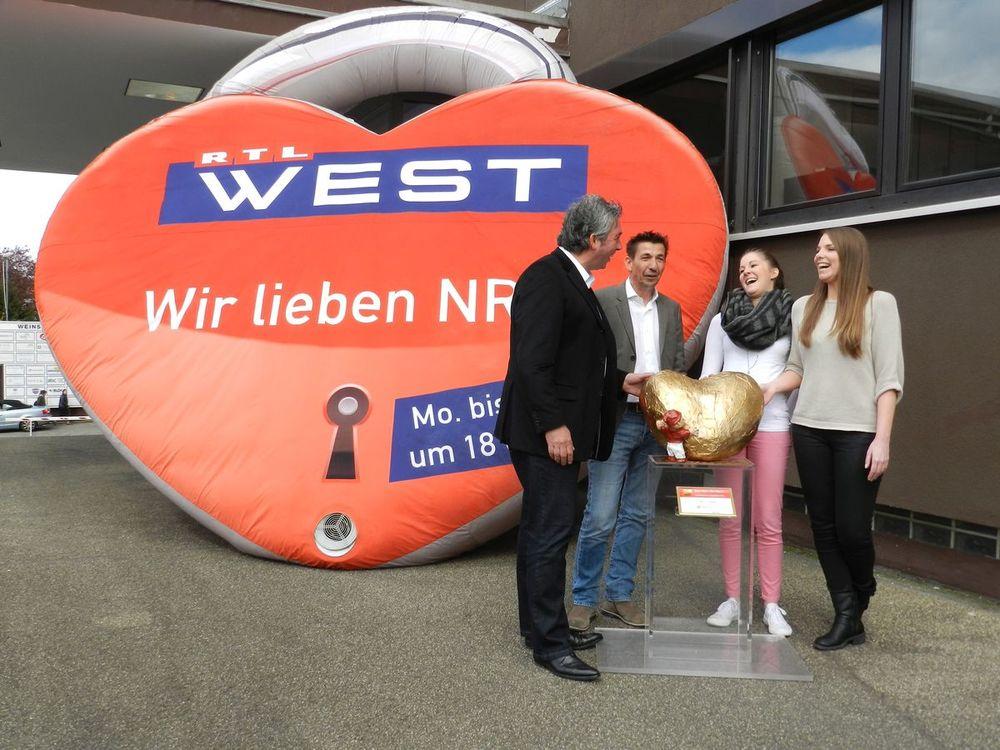 """Peter Spölgen, Michael Scholl, Katrin Münch und Stephanie Leune mit dem """"Hätz för Kölle"""" und dem großen RTL-West Herz."""