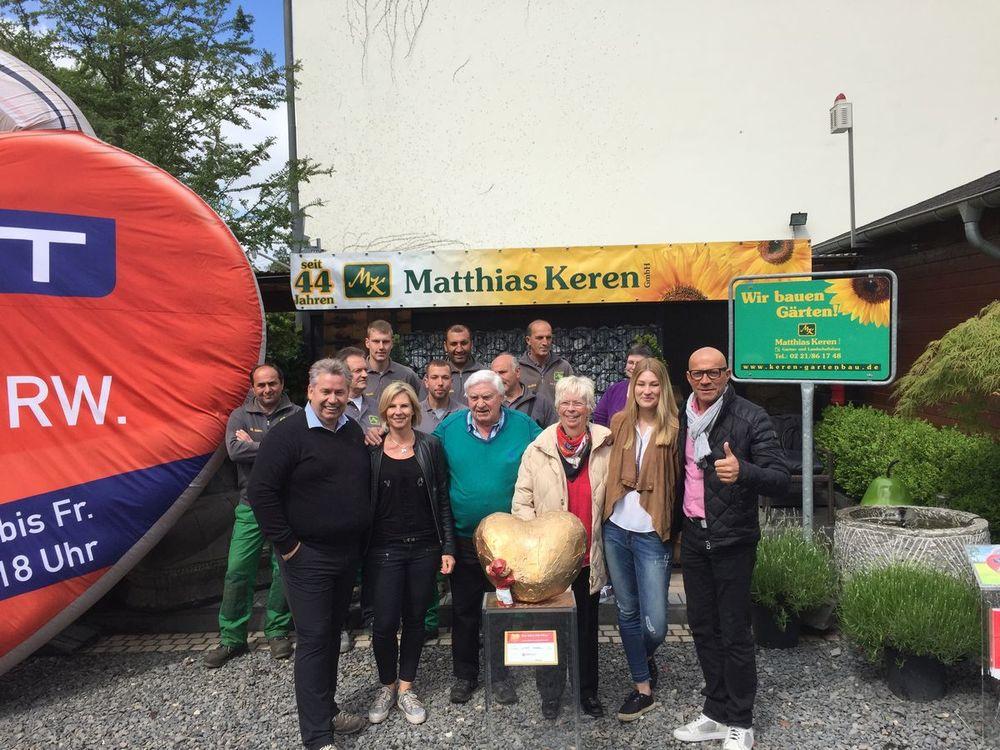 """Drei Generationen der Familie Keren und Stephan Wasserkordt sowie Mitarbeiterinnen und Mitarbeiter der Keren GmbH bei der Übergabe des """"Hätz för Kölle""""."""