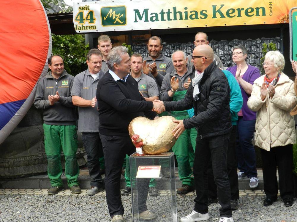 """Stefan Keren nimmt """"Dat Hätz för Kölle"""" von Staphan Wasserkordt entgegen und alle applaudieren."""