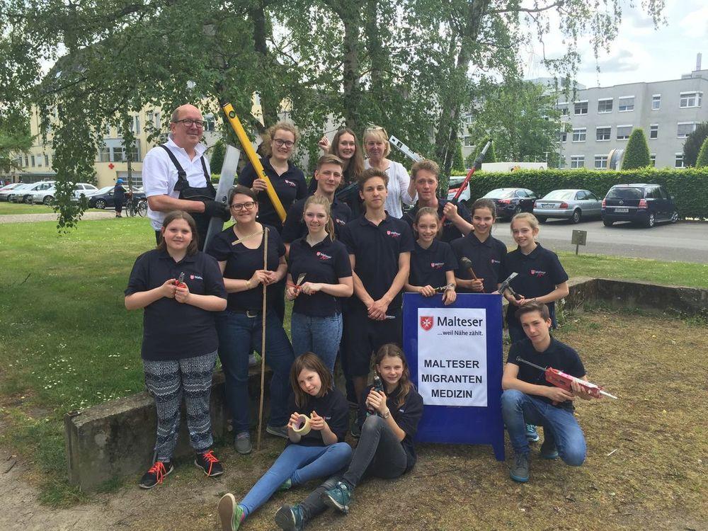 Das Renovierungsteam der Malteser Jugend Köln rund um Stadtjugendsprecher Lukas Langel.