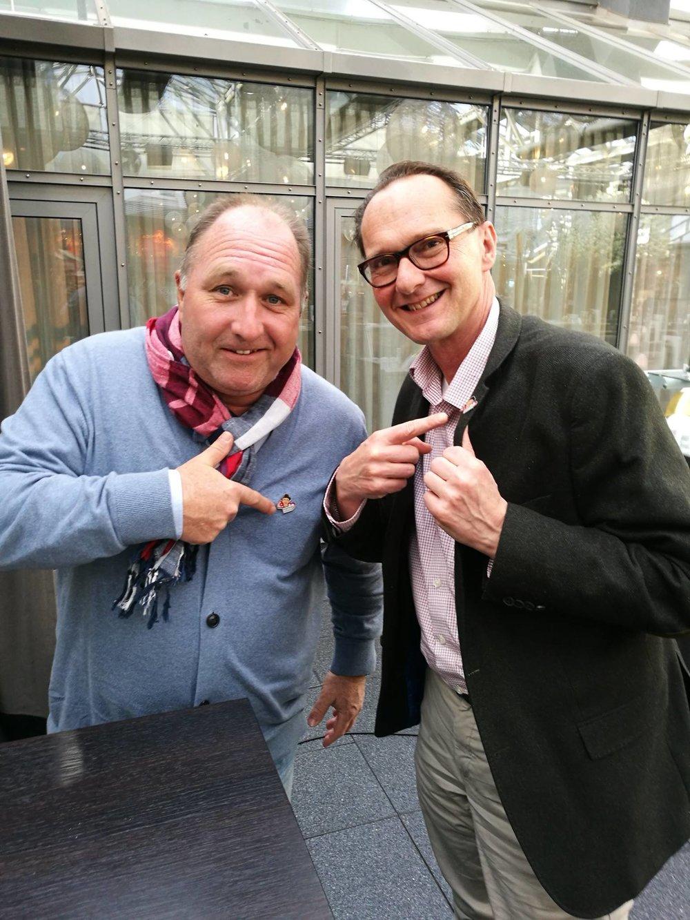Kleiner Pin – große Wirkung. Der Erlös aus dem Verkauf des Pins zum 50. Jubiläum der Willi Ostermann Gesellschaft geht an das Herzenswunsch-KTW-Projekt der Malteser.