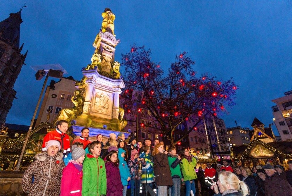 """Der Malteser """"Baum der Kinderherzen"""" auf dem Weihnachtsmarkt Kölner Altstadt wurde in einem besonderen Szenario, musikalisch umrahmt durch 30 Grundschulkinder, erleuchtet."""
