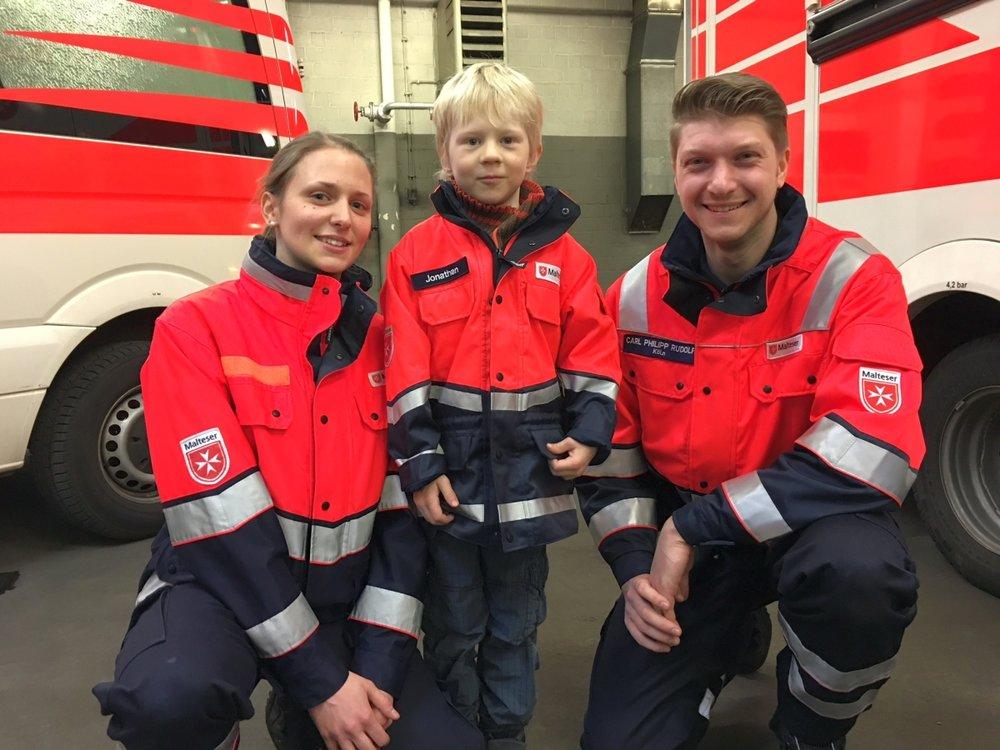 Jonathan in seiner Einsatzjacke mit dem RTW-Team Ilka Liesendahl und Carl-Philipp Rudolfi.