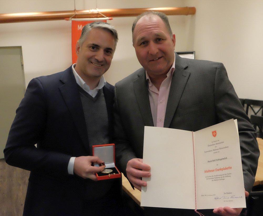 Ralf Schlegelmilch (rechts) mit seiner Auszeichnung und dem Malteser Stadtbeauftragten Achim Schmitz.