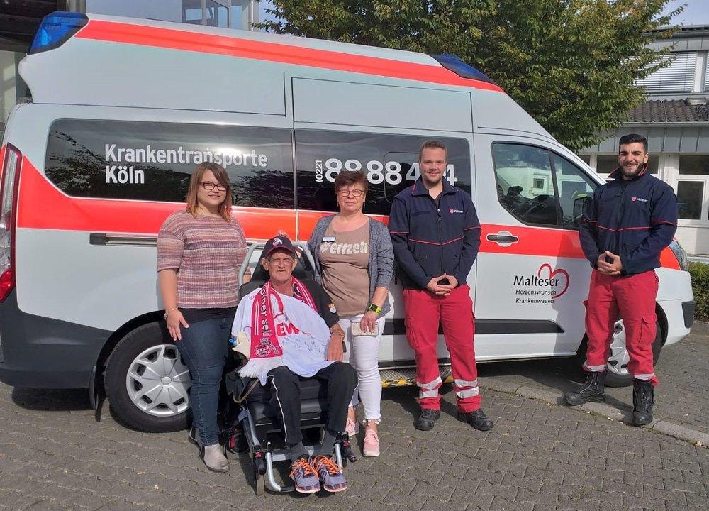 Herr K. mit seiner Tochter und der Pflegekraft sowie Sayan und Daimon, seinem Herzenswunsch-Team von den Kölner Maltesern für die Reise ins Stadion.