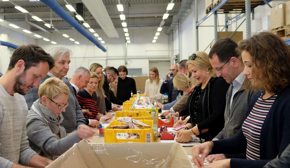 45 Kölsche Fründe Botschafter und ihr Fördernetzwerk packten bei DFS Druck in Marsdorf in weniger als zwei Stunden 1.000 Weihnachtstüten für sozial benachteiligte Kinder in der Kölner Region.