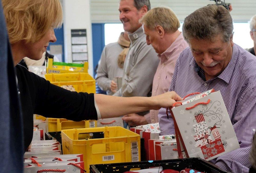 04_Koelsche Fruende packen Weihnachtstueten_3_web.jpg