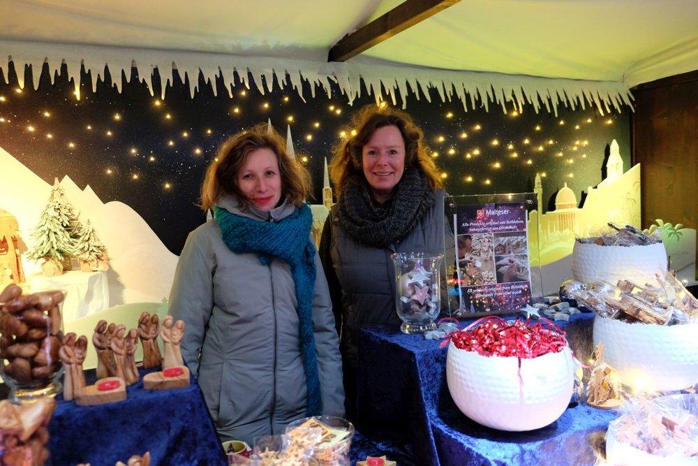 """Bis zum 23. Dezember bietet die Malteser Weihnachtshütte auf dem Weihnachtsmarkt Kölner Altstadt wieder Informationen und kleine Geschenke zu Gunsten der Malteserprojekte von """"Hoffnung Spenden – Hilfe für Kinder & Familien in Not""""."""