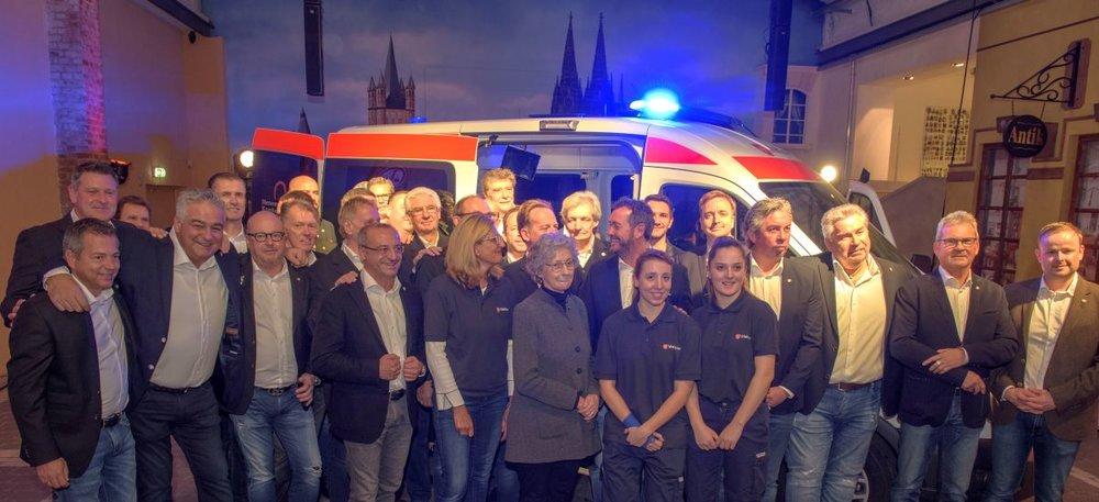 Fahrzeugenthüllung im Kölner Karnevalsmuseum: Kölsche Fründe Botschafter und Malteser Herzenswunsch-Teams präsentieren den neuen Herzenswunsch-Krankenwagen