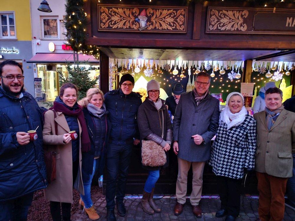 Maire-Luise Marjan im Kreise der Malteser vor der Malteser Weihnachtshütte auf dem Weihnachtsmarkt Kölner Altstadt.