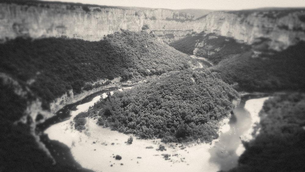 Gorges et grottes de l'Ardèche  https://fr.wikipedia.org/wiki/Gorges_de_l%27Ardèche