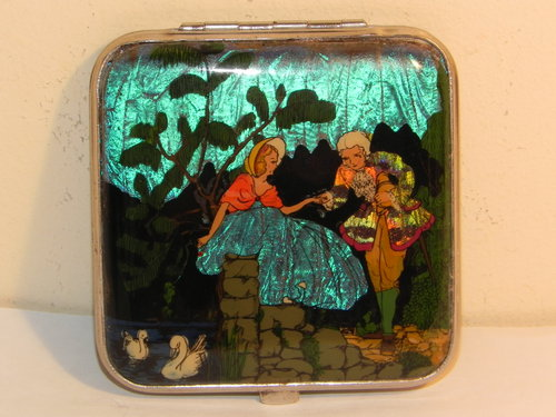 Gwenda of England Butterfly Wing powder compact from 1930s - Photo: Antiques Atlas