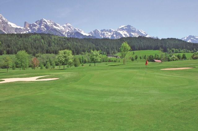 Golf  Am Hochplateu zwischen Saalfelden und Maria Alm liegt einer der schönsten Meisterschaftsgolfplätze der Alpen – der Golfplatz Urslautal.Mit seinen insgesamt 18 Löchern (Par 71) ist dieser für den Golfer eine sportlich anspruchsvolle, sowie landschaftlich interessante Anlage. Denn vor der Kulisse des Steinernen Meeres, der duftenden Wiesen und blühenden Biotope gibt es nur wenig, das imposanter ist! Vielleicht der majestätische Hochkönig selbst.  Informationen zum Golfplatz Urslautal