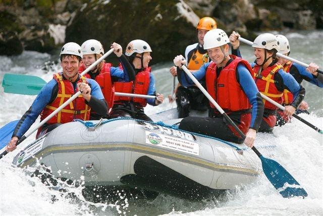 Freunde und Junggesellenzeit mit Rafting, Canyoning und Skifahren