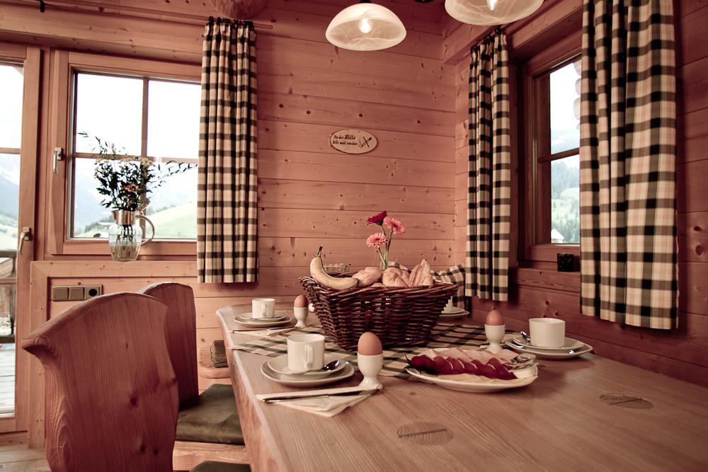 Wohnraum und voll ausgestattete Küche