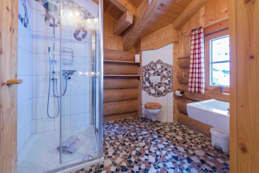 Regendusche im großen Badezimmer
