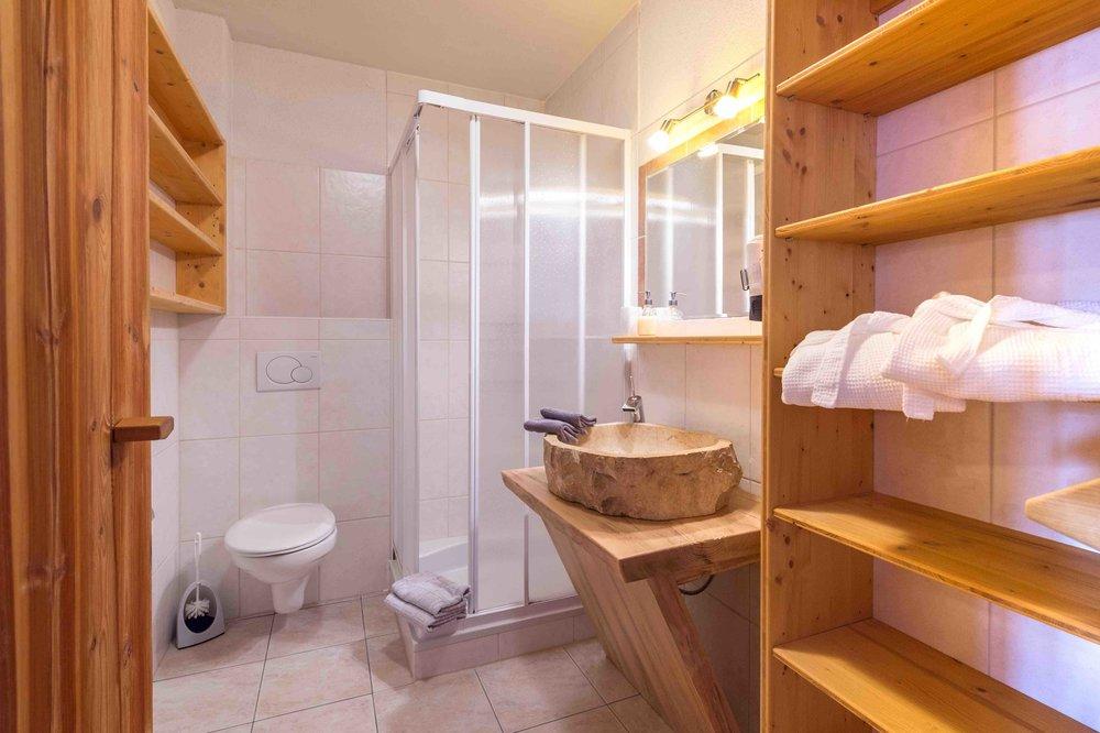Badezimmer mit Dusche im Appartement
