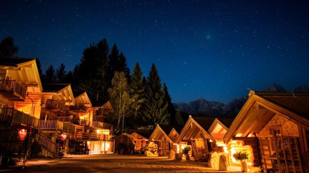 Hüttendorf Anlage bei Nacht