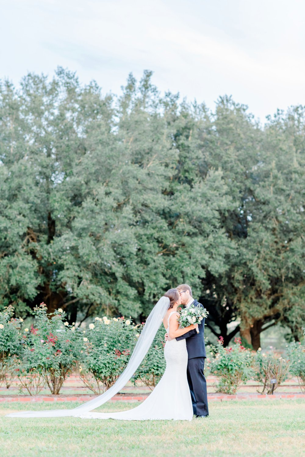 e4ed2c14-blue-and-green-garden-wedding-in-la_0023.jpg
