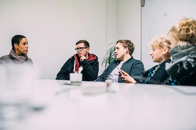 Das Veranstaltungsmangement Team ist in enger Zusammenarbeit mit Projektleitung Iyabo, es werden wichtige Themen zur Off-Location besprochen, sie legen so weitere Grundsteine zum #Auftrieb!  #mbs2017 #mbsparty #secret #offlocation #hainholz #kulturprogramm