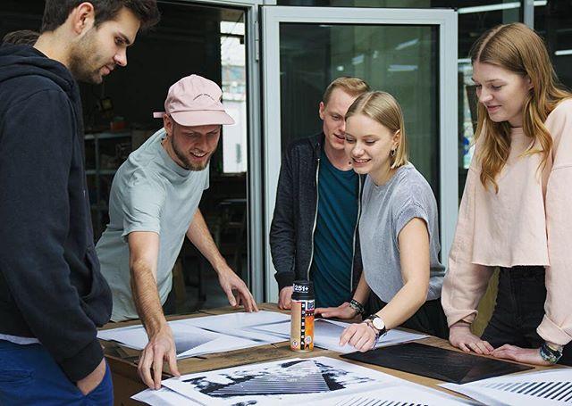 Das Design Team erstellt mit viel #Auftrieb unser Logo! Mit vereinten Kräften geht es bei Made By: Self voran! 💪🏼 #mbs2017 #designteam #kulturprogramm