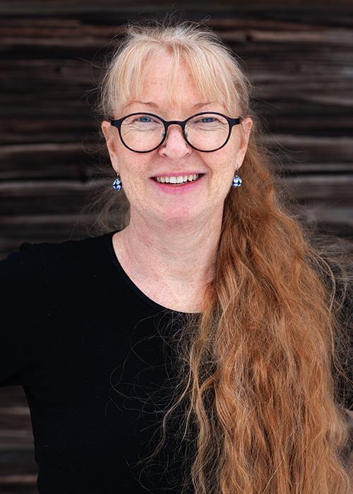 """""""Med mina objekt vill jag beröra och kommunicera.  I mitt konstnärskap kombinerar jag ofta material för att förstärka ett uttryck. Menfrämst utgår jag från mitt keramiska kunnande.Jag vandrar i gränslandet mellan konst och konsthantverk. Lekfullt mänskliggör jagtingen och undersöker dess kommunikativa förmåga.""""   Annie Lindgren"""