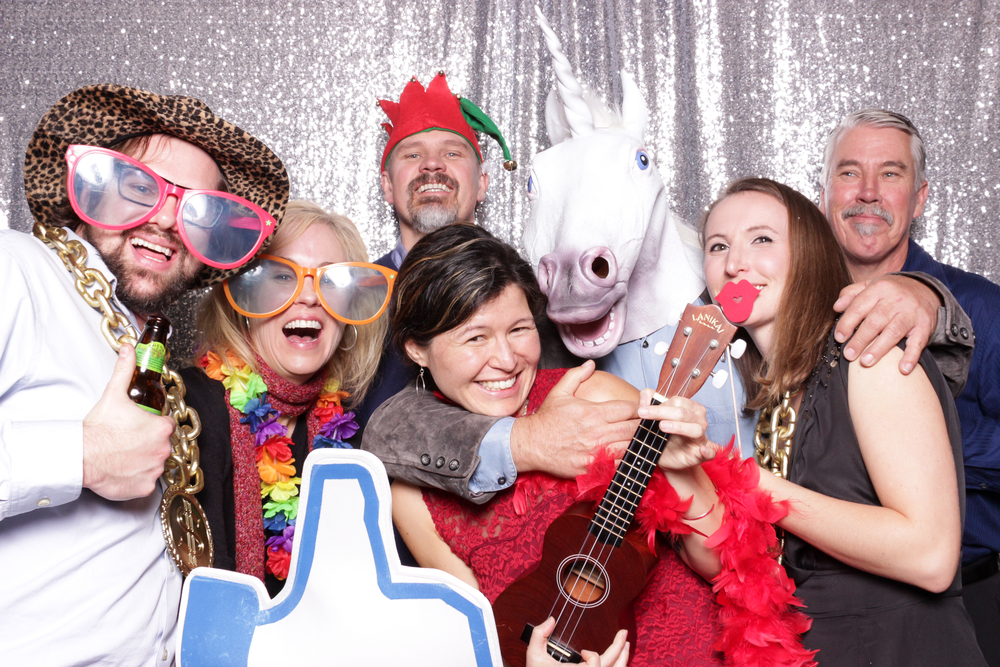 Love how many people can fit in these open-air photo booth group shots, there's room for more too!